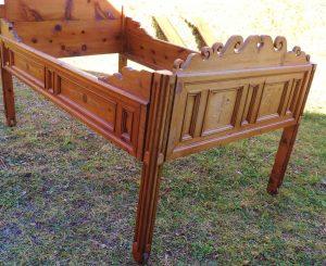 Diverse antike Holzbetten