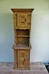 Rustikales Gänterli aus Fichtenholz