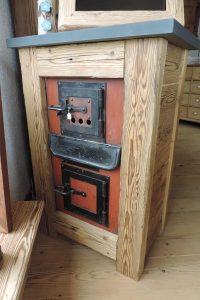 Möbel aus alter Ofenfront und rustikalen Balken