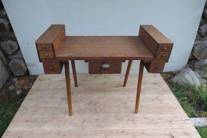 Freistehender Tisch in Tannenholz