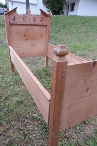 Bett in Tannenholz