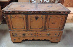 truhe mit schublade und dezenter malerei in arvenholz p7 antiquit ten. Black Bedroom Furniture Sets. Home Design Ideas